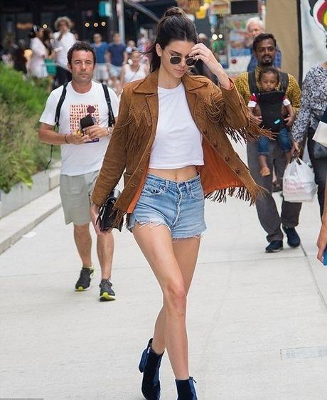 Kendall Jenner: Tu cai bong cua Kim Kardashian den 'nu hoang catwalk' - Anh 2