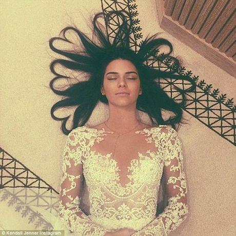 Kendall Jenner: Tu cai bong cua Kim Kardashian den 'nu hoang catwalk' - Anh 5