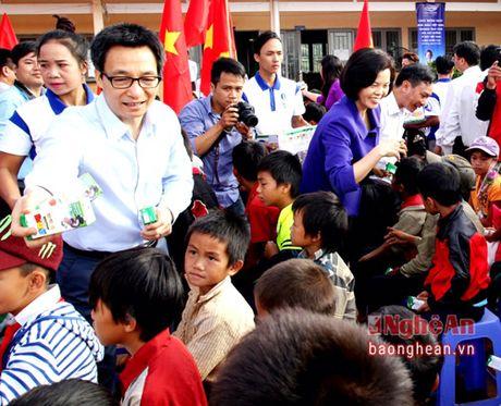 Pho Thu tuong trao tan tay nhung ly sua Vinamilk cho tre em Dak Nong - Anh 1