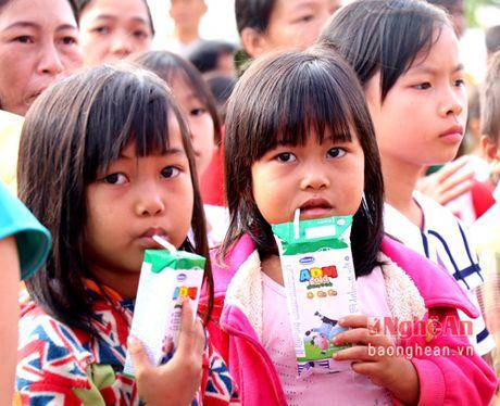 Pho Thu tuong trao tan tay nhung ly sua Vinamilk cho tre em Dak Nong - Anh 2