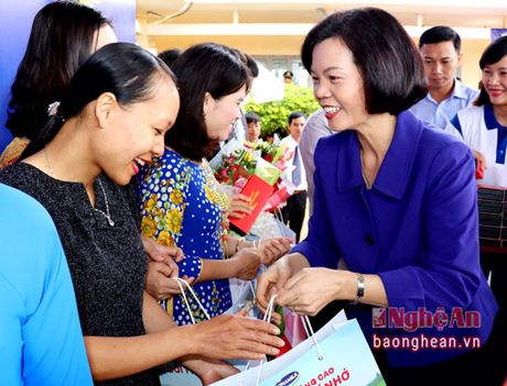 Pho Thu tuong trao tan tay nhung ly sua Vinamilk cho tre em Dak Nong - Anh 3