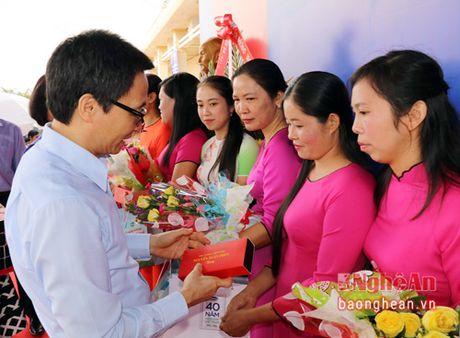 Pho Thu tuong trao tan tay nhung ly sua Vinamilk cho tre em Dak Nong - Anh 4