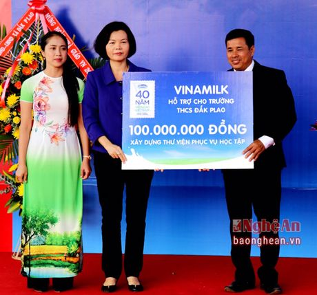 Pho Thu tuong trao tan tay nhung ly sua Vinamilk cho tre em Dak Nong - Anh 5