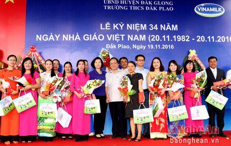 Pho Thu tuong trao tan tay nhung ly sua Vinamilk cho tre em Dak Nong - Anh 6