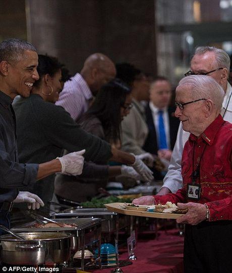 Gia dinh tong thong Obama phuc vu do an cho cac cuu binh My - Anh 1