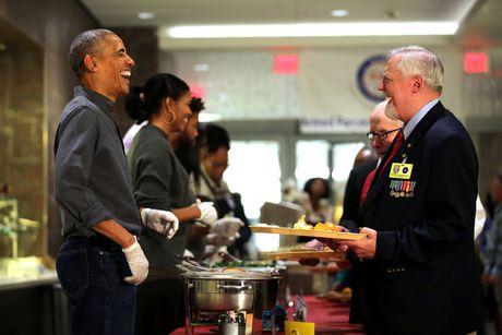 Gia dinh tong thong Obama phuc vu do an cho cac cuu binh My - Anh 7