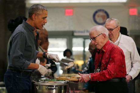 Gia dinh tong thong Obama phuc vu do an cho cac cuu binh My - Anh 8
