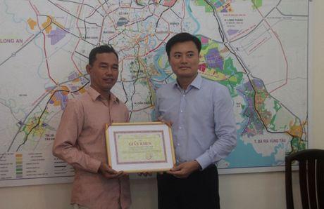 Khen thuong nguoi dan ong 11 nam chuyen di tim cho ket xe o Sai Gon - Anh 1