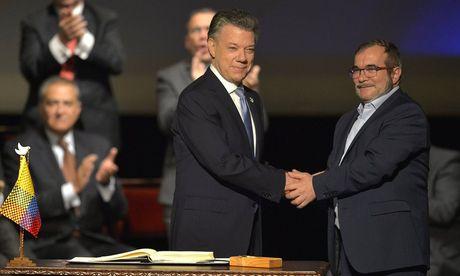 Colombia ky thoa thuan hoa binh sau 52 nam cho doi - Anh 1