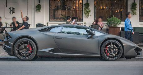 Lamborghini Huracan mau den mo doc nhat Viet Nam xuong pho - Anh 2