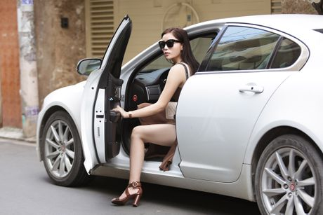 Hoa hau Ky Duyen tu lai xe di thu trang phuc - Anh 1