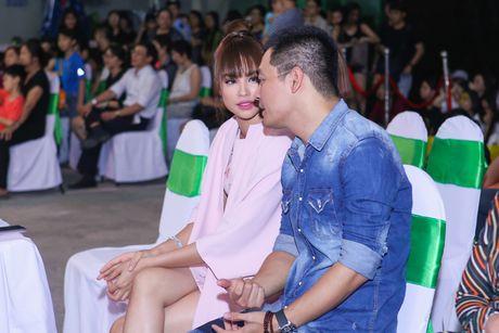 Pham Huong coi ao khoac de nhay cung MC Phan Anh - Anh 3