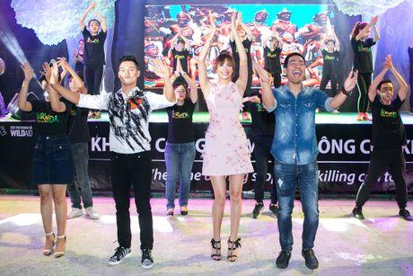 Pham Huong coi ao khoac de nhay cung MC Phan Anh - Anh 5