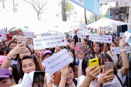 Khoanh khac Kang Tae Oh than thiet voi fan Viet - Anh 2