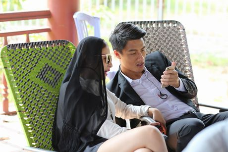 Mac Hong Quan tinh tu voi ban dien tren truong quay - Anh 1