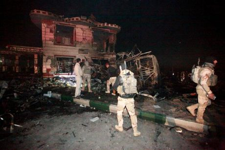 Danh bom lieu chet tai tram xang Iraq, it nhat 100 nguoi thiet mang - Anh 1