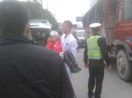 Tan cong bang dao vao hoc sinh tieu hoc chan dong Trung Quoc - Anh 1