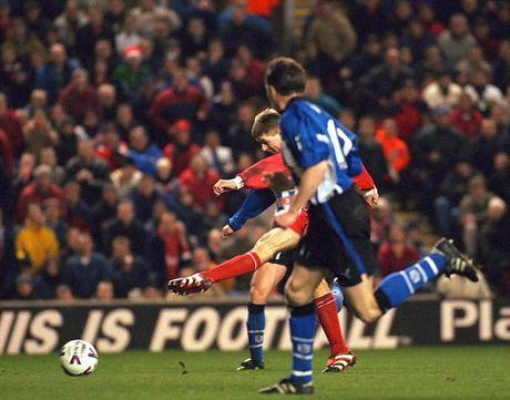 Nhin lai su nghiep lay lung cua tien ve Steven Gerrard - Anh 2