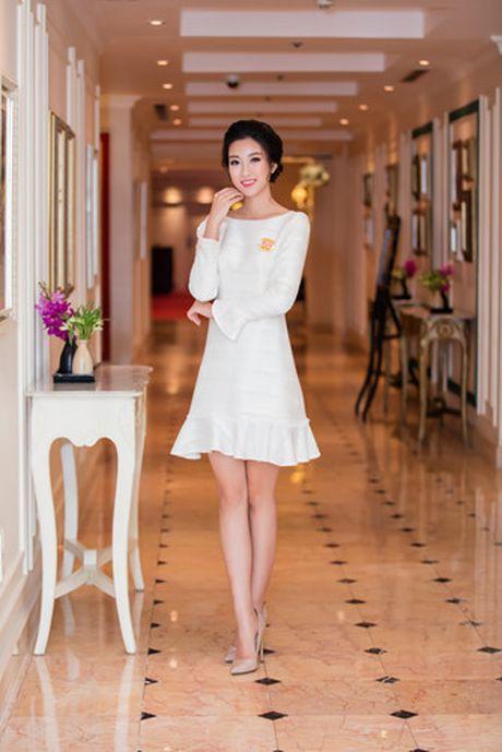 Hoa hau My Linh dien dam trang gian di nhung van cuon hut - Anh 1