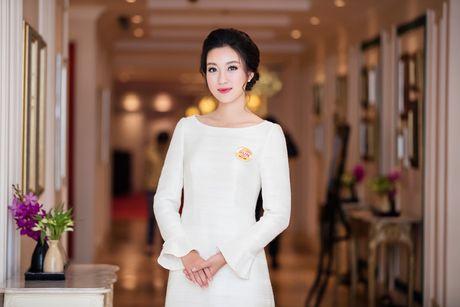 Hoa hau My Linh dien dam trang gian di nhung van cuon hut - Anh 2