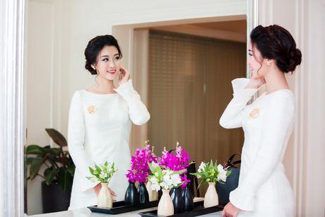 Hoa hau My Linh dien dam trang gian di nhung van cuon hut - Anh 3