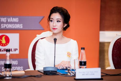 Hoa hau My Linh dien dam trang gian di nhung van cuon hut - Anh 4