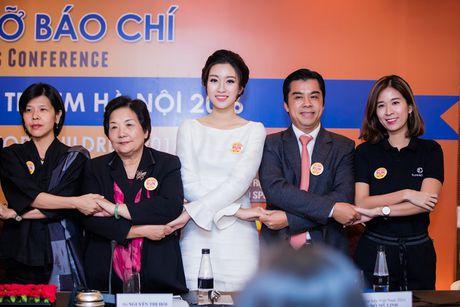 Hoa hau My Linh dien dam trang gian di nhung van cuon hut - Anh 5