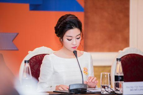 Hoa hau My Linh dien dam trang gian di nhung van cuon hut - Anh 6