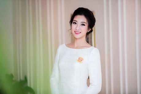 Hoa hau My Linh dien dam trang gian di nhung van cuon hut - Anh 8