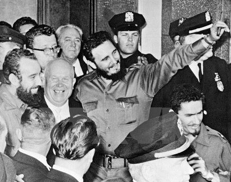 Fidel Castro va con tau Granma vuot bien tro ve To quoc - Anh 1