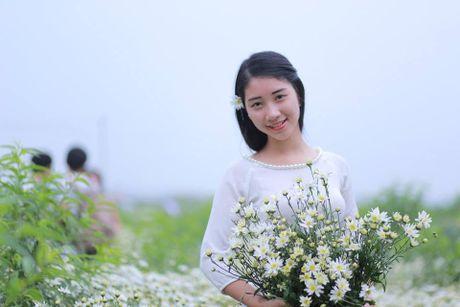 Thieu nu Ha thanh ron rang check-in vuon hoa cuc hoa mi tuyet dep - Anh 2