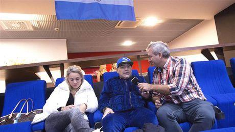 Maradona day hanh phuc di xem tennis cung nguoi tinh tre - Anh 10