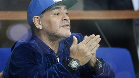 Maradona day hanh phuc di xem tennis cung nguoi tinh tre - Anh 1