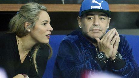 Maradona day hanh phuc di xem tennis cung nguoi tinh tre - Anh 6