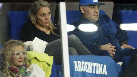 Maradona day hanh phuc di xem tennis cung nguoi tinh tre - Anh 8