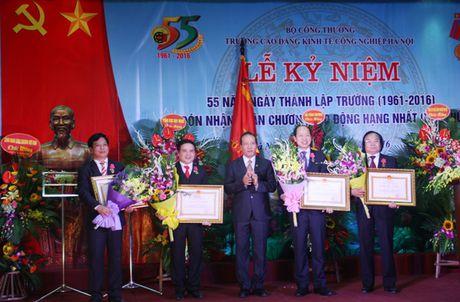 Truong CD Kinh te Cong nghiep Ha Noi nhan Huan chuong Lao dong hang Nhat - Anh 1