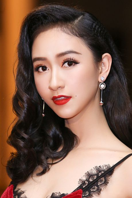 """""""Chi em"""" A hau Ha Thu - Dieu Linh tai xuat tham do bang phong cach goi cam - Anh 5"""