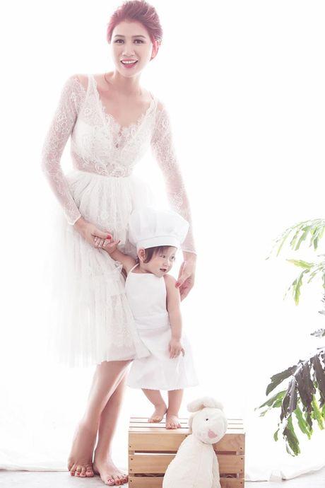 Con gai Trang Tran dang yeu ben me trong bo anh mung sinh nhat 1 tuoi - Anh 8