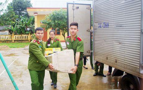 Truong Trung Cap Canh sat Vu Trang se chia kho khan voi dong bao mien Trung - Anh 1
