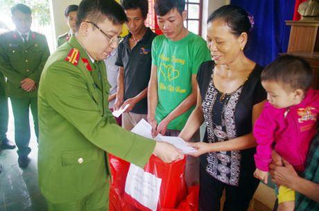 Truong Trung Cap Canh sat Vu Trang se chia kho khan voi dong bao mien Trung - Anh 7