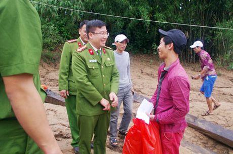Truong Trung Cap Canh sat Vu Trang se chia kho khan voi dong bao mien Trung - Anh 8