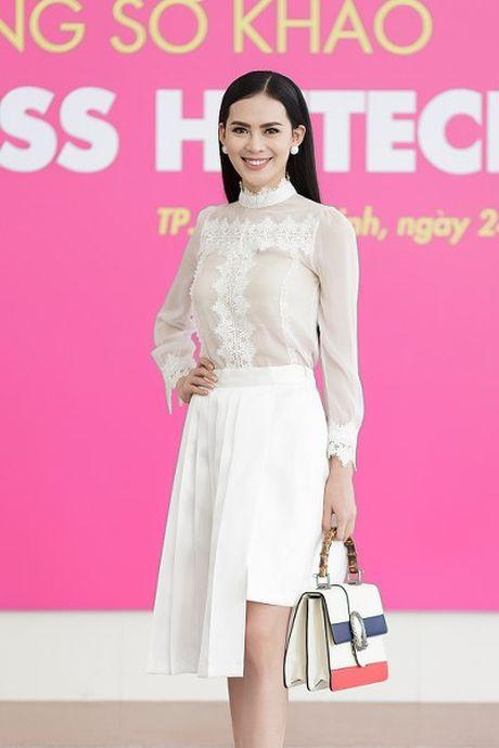 Hoa hau Sang Le tung hung giup thi sinh Miss Hutech khoi run - Anh 1