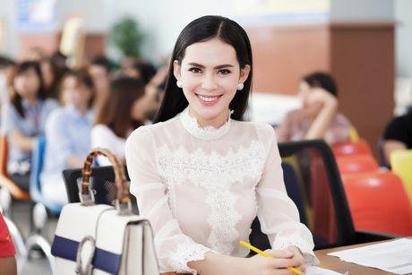 Hoa hau Sang Le tung hung giup thi sinh Miss Hutech khoi run - Anh 2
