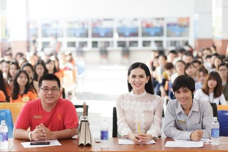 Hoa hau Sang Le tung hung giup thi sinh Miss Hutech khoi run - Anh 4