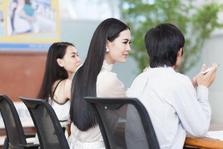 Hoa hau Sang Le tung hung giup thi sinh Miss Hutech khoi run - Anh 6