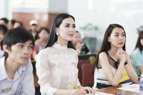 Hoa hau Sang Le tung hung giup thi sinh Miss Hutech khoi run - Anh 7