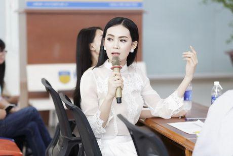 Hoa hau Sang Le tung hung giup thi sinh Miss Hutech khoi run - Anh 8