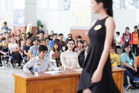 Hoa hau Sang Le tung hung giup thi sinh Miss Hutech khoi run - Anh 9