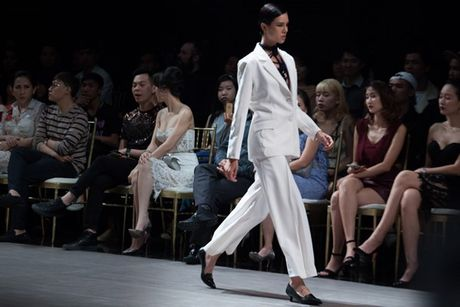 Choang ngop truoc trang phuc 'khung' cua Thanh Hang tren san catwalk - Anh 6