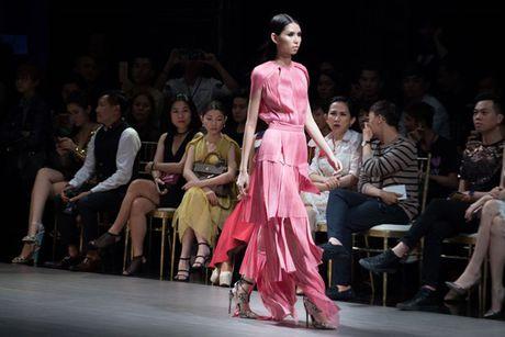 Choang ngop truoc trang phuc 'khung' cua Thanh Hang tren san catwalk - Anh 8